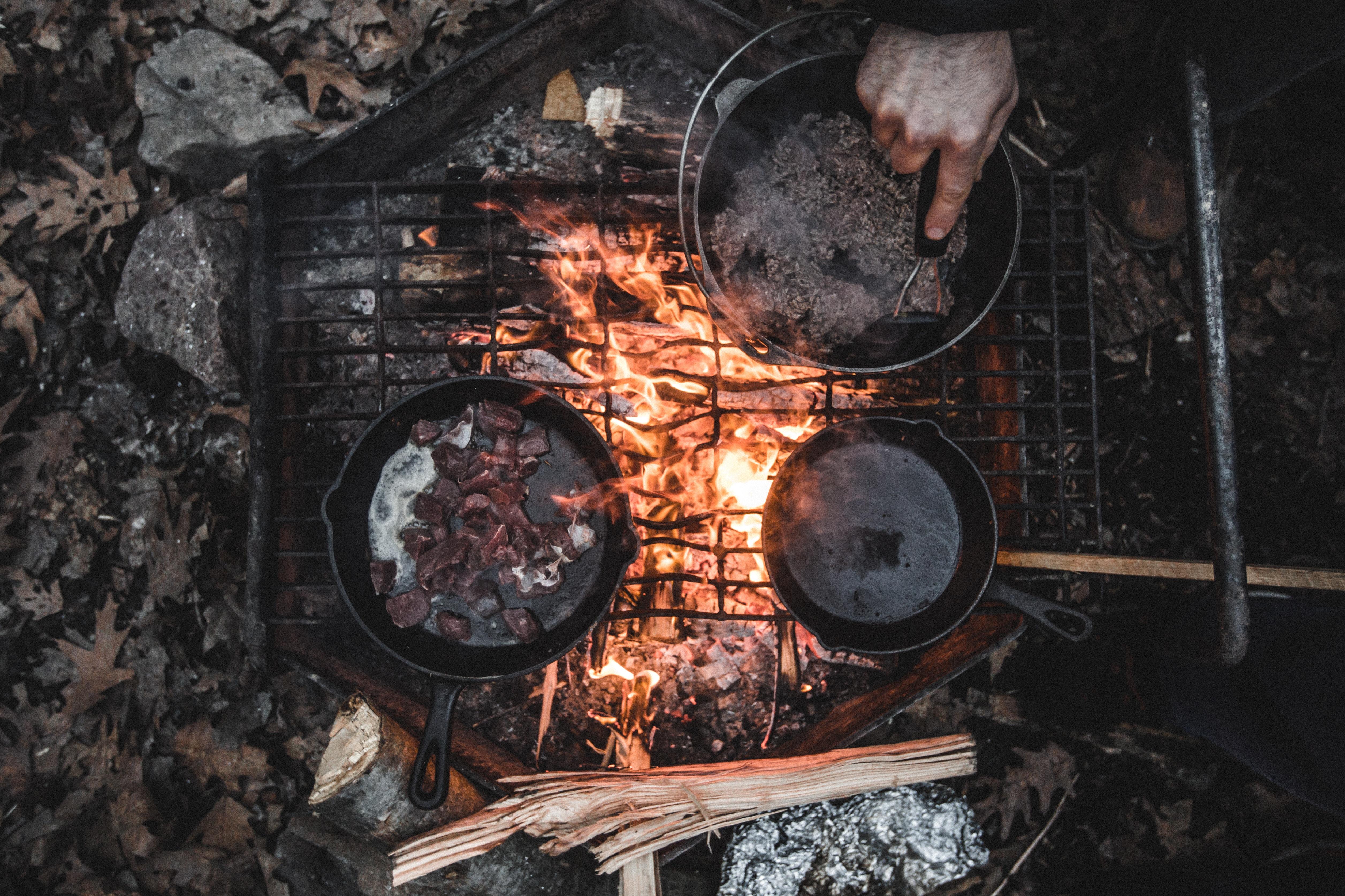鉄鍋で調理直火上から見た