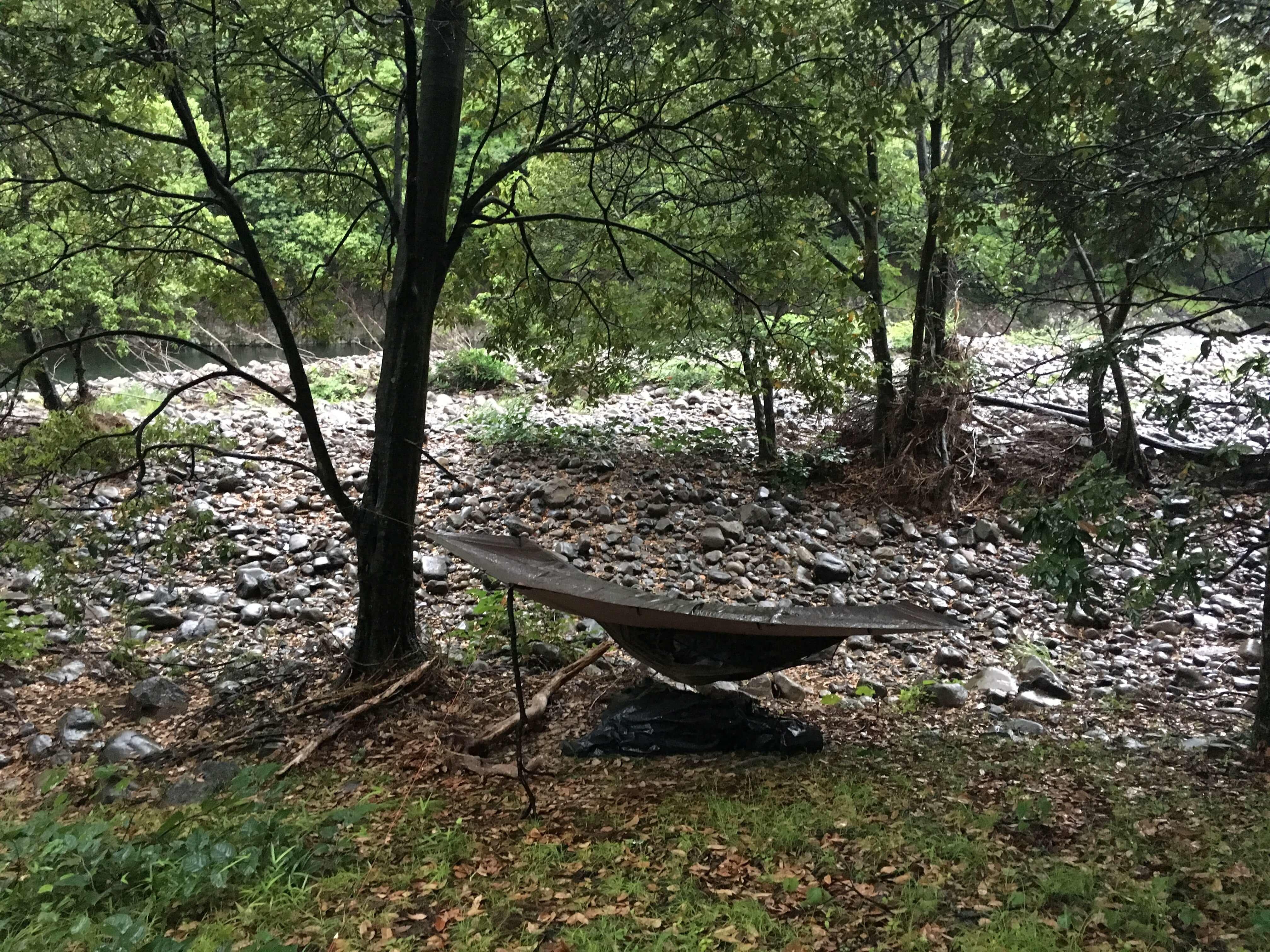 河原でハンモック